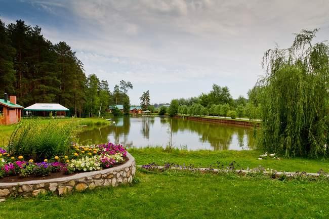 Цветник у озера