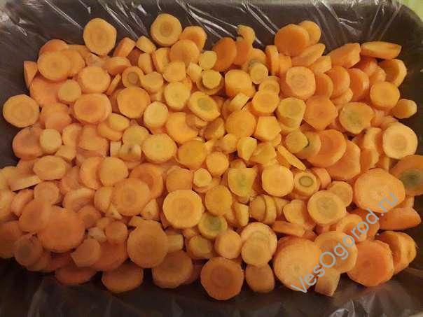Равномерно распределяем морковь тонким слоем